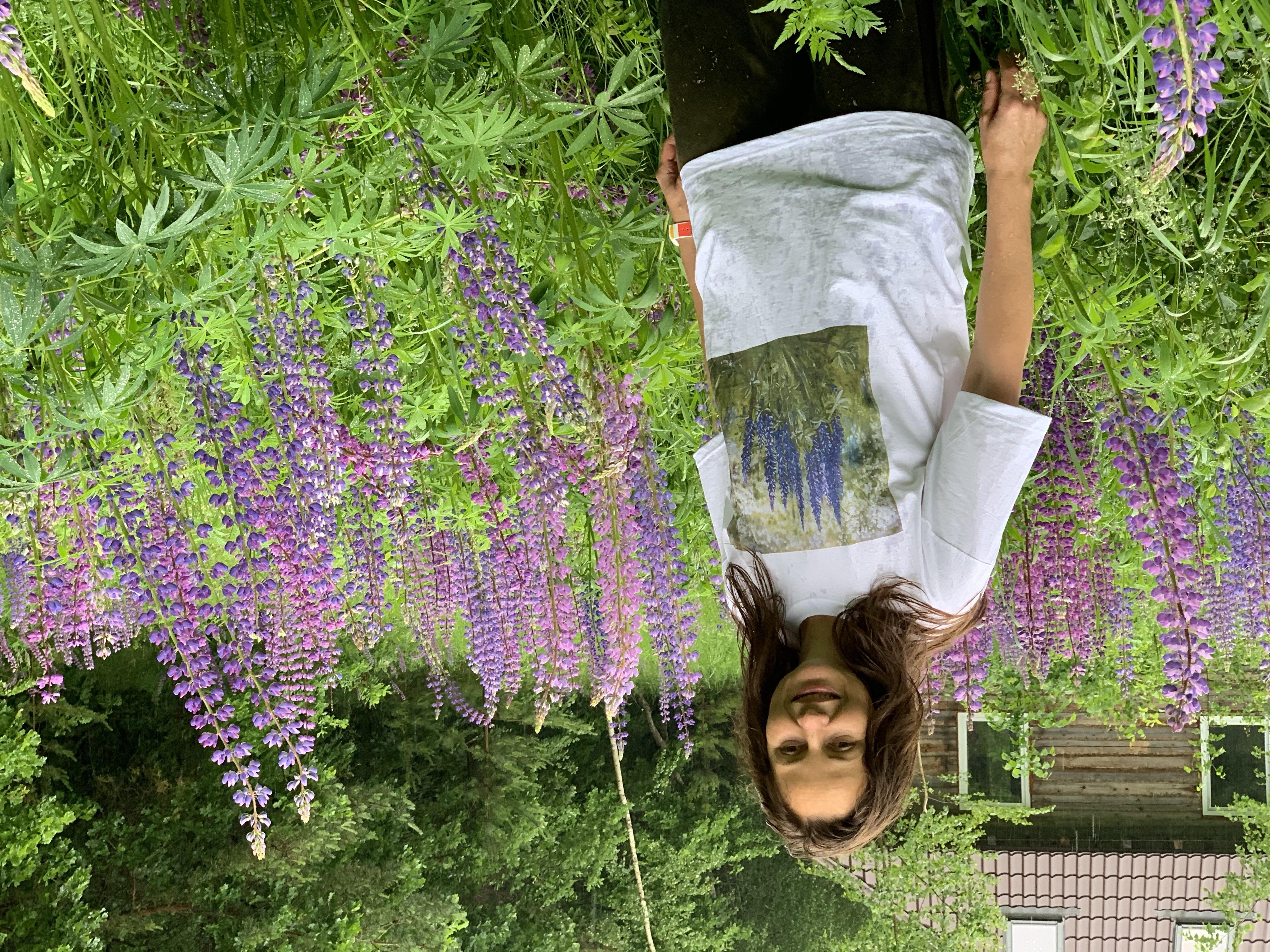 Арт-футболка с картиной  Люпины